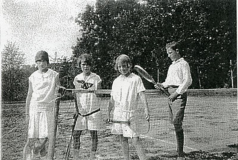 """Barna på Løkenes gård poserer før litt spill på banen. Bergliot """"Bi"""" Rustad ca 10 år, senere Norgesmester, nr to fra venstre. Bildet tatt ca 1916."""